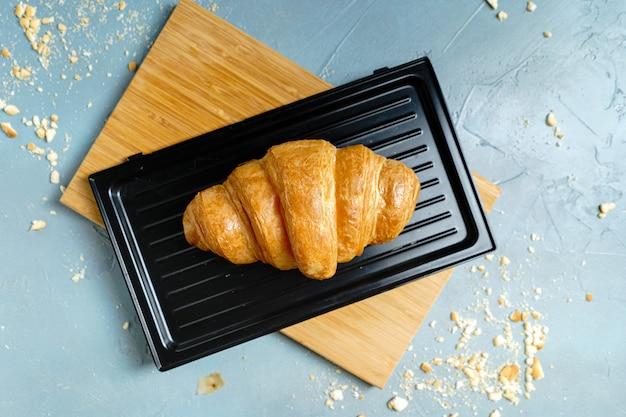 Vers gebakken croissants op zwarte plaat. Premium Foto