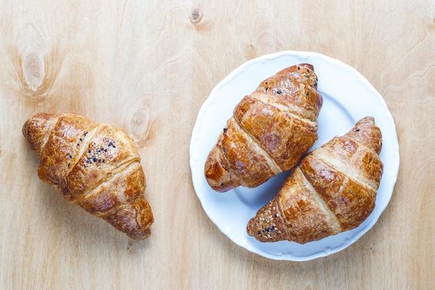 Vers gebakken croissants.