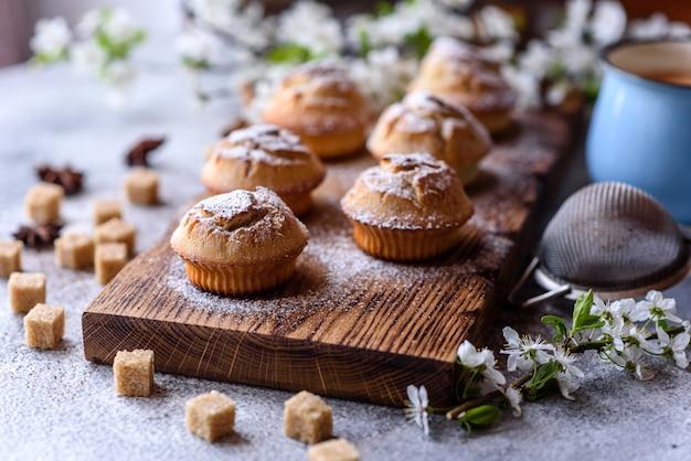Vers gebakken cupcakes van rijstmeel met banaan en vanille met een mok warme chocolademelk. heerlijk verkwikkend ontbijt met warme chocolademelk en cupcakes