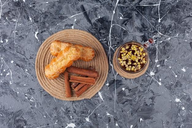 Vers gebakken eclairs met kaneelstokjes.
