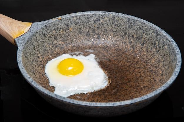 Vers gebakken eitjes voor een heerlijk gezond licht ontbijt. traditioneel zelfgemaakt ontbijtvoedsel. internationale keuken, eten. uitzicht van boven.