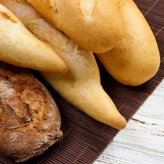 Vers gebakken franse baguettes op witte houten tafel. bovenaanzicht, kopie ruimte