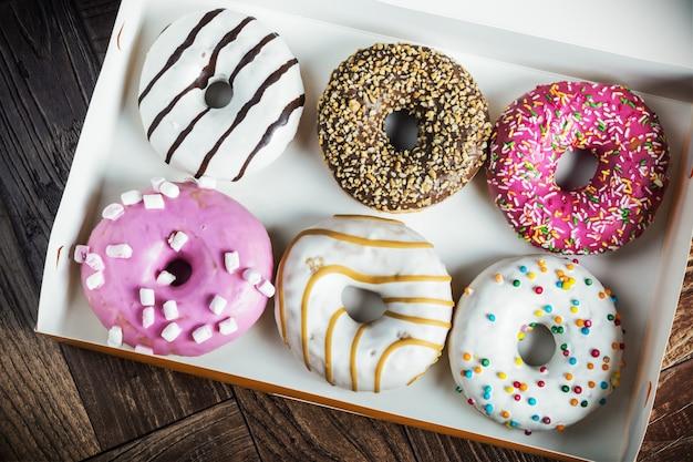 Vers gebakken geglazuurde donuts in een doos