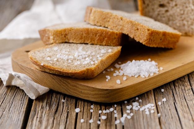 Vers gebakken gesneden roggebrood op houten snijplank
