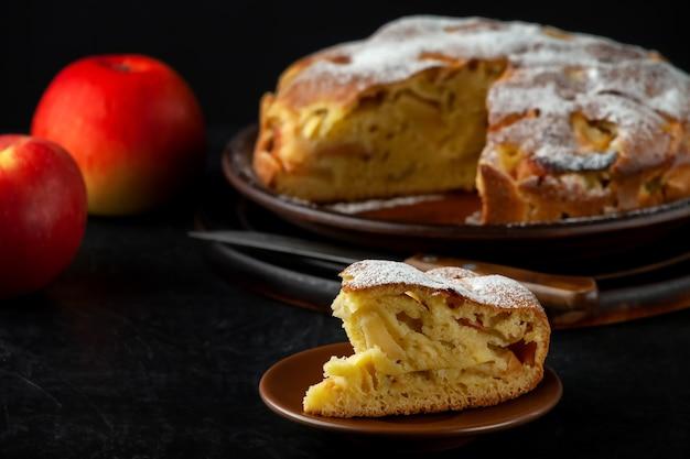 Vers gebakken huisgemaakte appeltaart op een bord