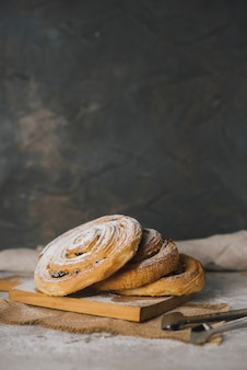Vers gebakken kaneelbroodjes bestrooid met poedersuiker