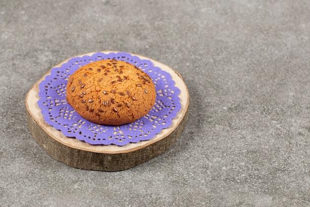 Vers gebakken koekje op een houten bord.