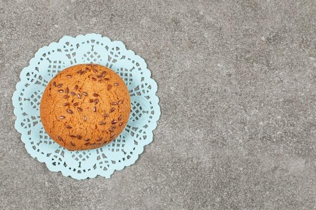 Vers gebakken koekje op grijs.