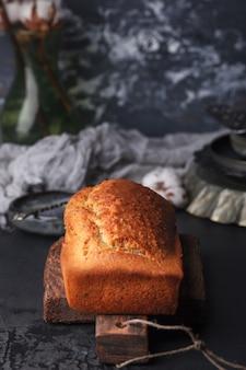 Vers gebakken maanzaadtaart. taart met fondant. bakken met maanzaad op een donkere achtergrond