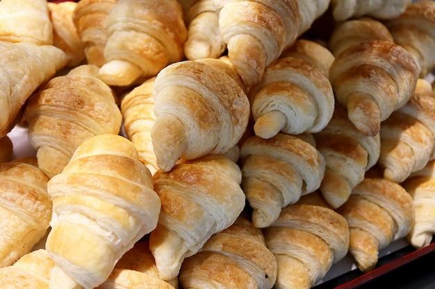 Vers gebakken mini croissants op witte achtergrond. voedsel concept.
