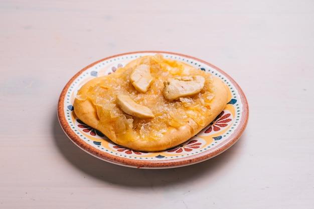 Vers gebakken minipizza met kip en uien. traditioneel spaans gebak met groenten.