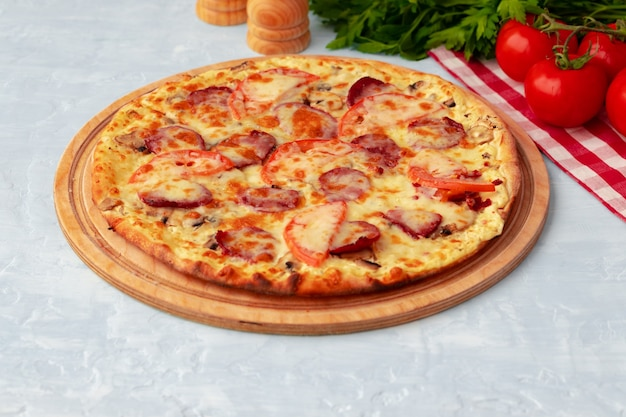 Vers gebakken pizza op tafel close-up