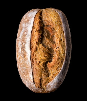 Vers gebakken roggebrood geïsoleerd op een zwarte achtergrond met uitknippad.