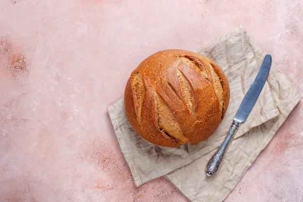 Vers gebakken roggebrood gesneden.