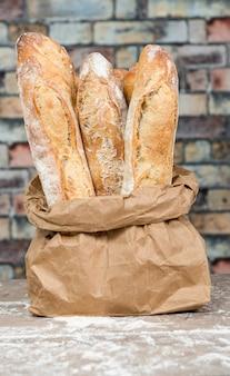 Vers gebakken rustieke broodbroden in papieren zakken