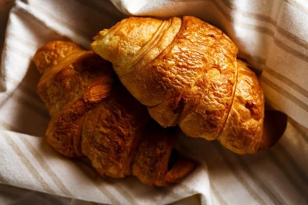 Vers gebakken smakelijk croissant