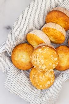 Vers gebakken smakelijke vanille muffins en muffins met crumble topping