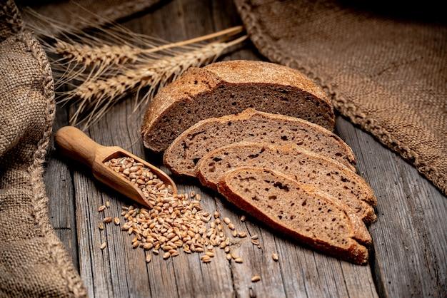 Vers gebakken traditioneel brood op houten tafel