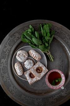 Vers gebakken traditioneel gebak met thee en munt