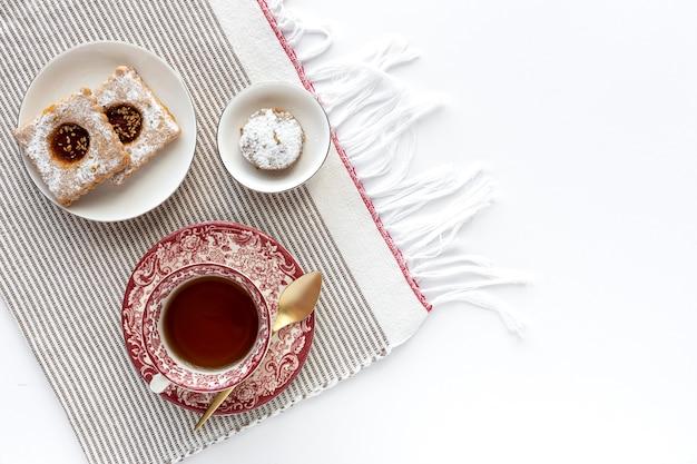 Vers gebakken traditioneel gebak met thee