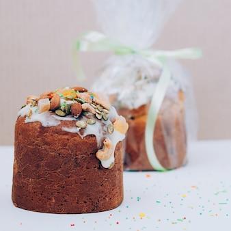 Vers gebakken vegetarisch pasen-cakes vierkant beeld