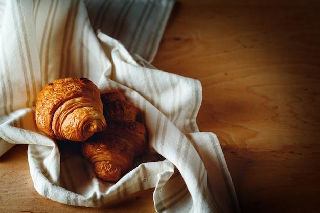 Vers gebakken zelfgemaakte franse croissants