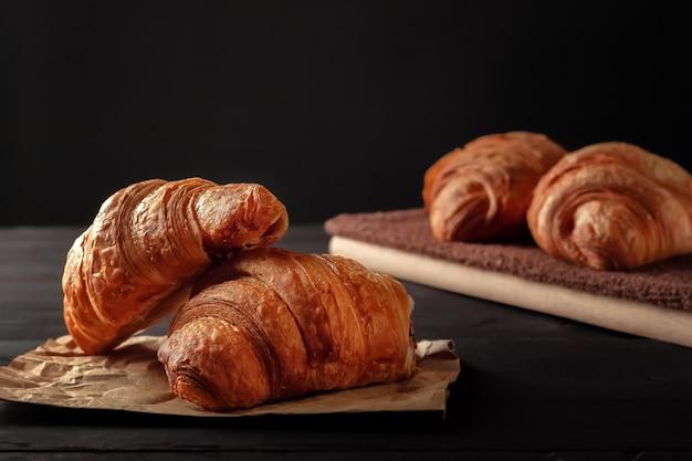 Vers gebakken zelfgemaakte knapperige croissants op een zwarte tafel