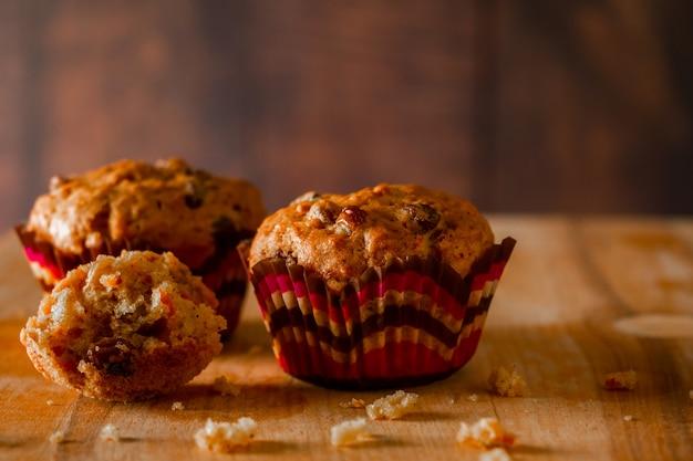 Vers gebakken zelfgemaakte muffins met rozijnen en wortelen.