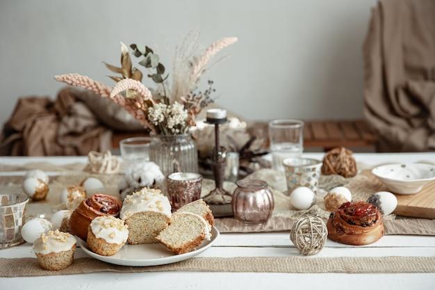 Vers gebakken zelfgemaakte taarten op een feestelijke paastafel. hygge-stijl voor thuisgebruik.