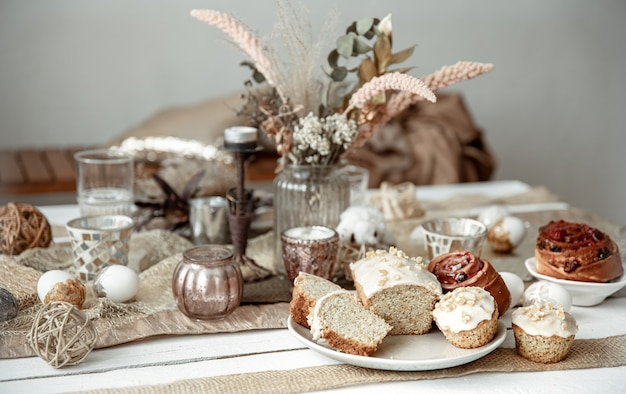 Vers gebakken zelfgemaakte taarten op een feestelijke paastafel