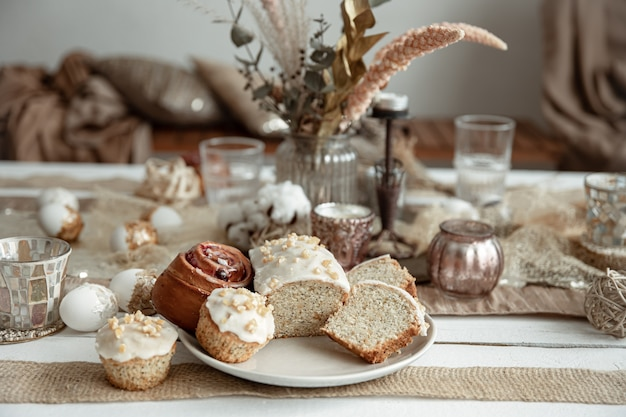 Vers gebakken zelfgemaakte taarten op een feestelijke tafel.