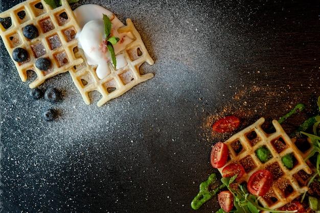 Vers gebakken zoete en zoute belgische wafels, bovenaanzicht. hartige wafels. ontbijt concept