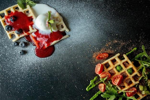 Vers gebakken zoete en zoute belgische wafels, van boven naar beneden. hartige wafels. ontbijt concept.