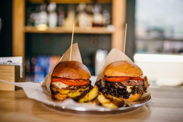 Vers gegrilde hamburgers en op tafel