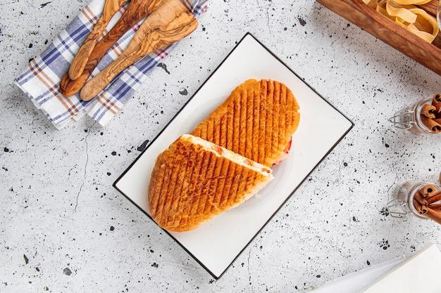 Vers gegrilde panini caesar op lichte achtergrond