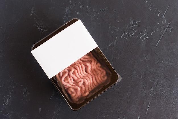 Vers gehakt pluimveevlees in vacuümverpakking. halffabrikaat. bovenaanzicht. logomodel voor ontwerp.