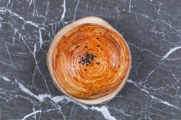 Vers gekookt azerbeidzjan nationaal gebak gogal, op het marmeren oppervlak
