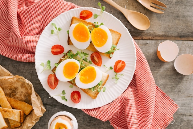 Vers gekookt wit ei op een houten bord. gezond fitnessontbijt.