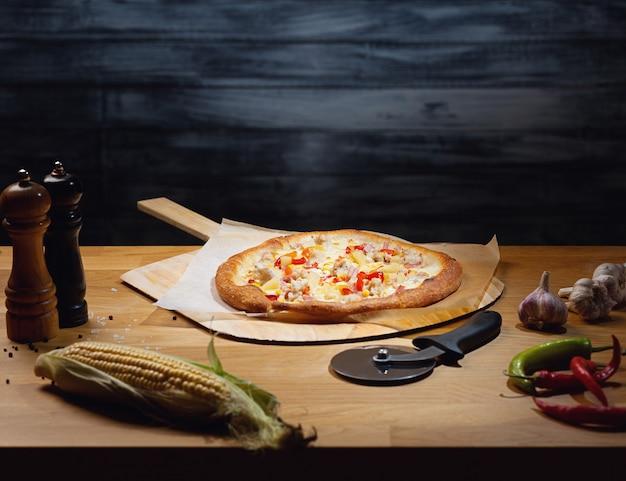 Vers gekookte hawaiiaanse pizza aan boord