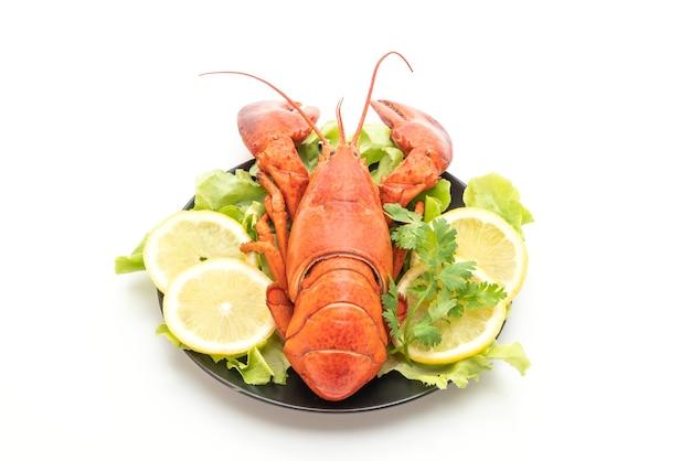 Vers gekookte kreeft met geïsoleerde groente en citroen