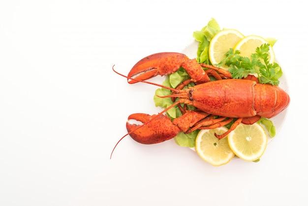 Vers gekookte kreeft met groente en citroen