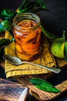 Vers gemaakt mandarijnfruitdomein op rustieke achtergrond met exemplaarruimte