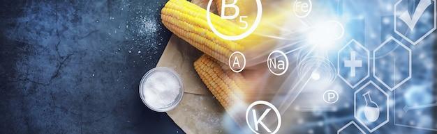 Vers gemaakte geurige korenaar met zout. boerderijsnack van verse maïs. gezond ontbijt en gezond levensstijlconcept.