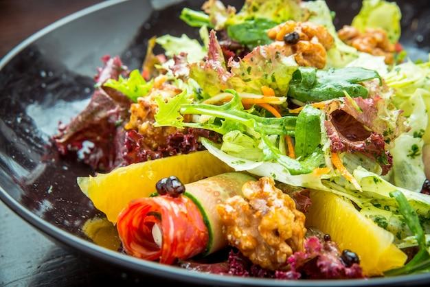 Vers gemaakte italiaanse gehakte salade in italiaans restaurant.