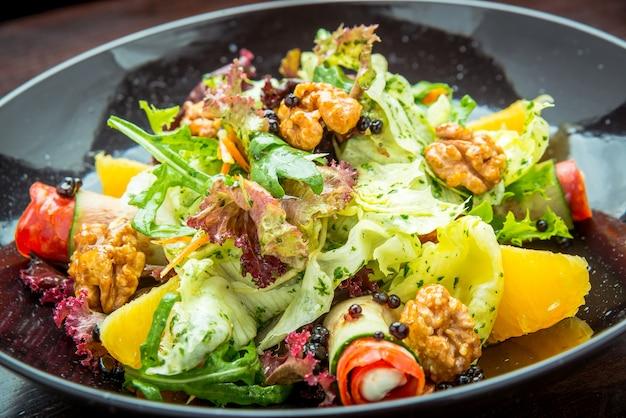 Vers gemaakte italiaanse gehakte salade
