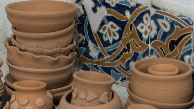 Vers gemaakte kleipotten op een decoratieve mozaïekachtergrond. knutselen voor kinderen