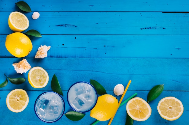 Vers gemaakte limonade met ijs op een blauwe houten tafel