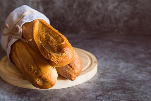 Vers gemaakte stokbrood op de tafel