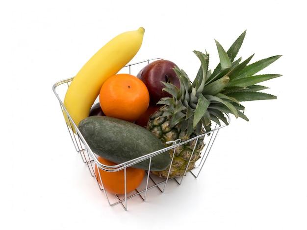 Vers gemengd fruit in de mand op een witte achtergrond