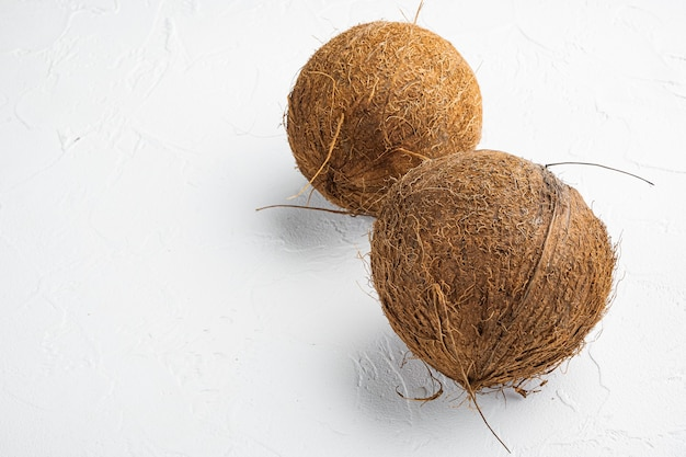 Vers geoogste kokosnoot set, op witte stenen tafel achtergrond, met kopie ruimte voor tekst